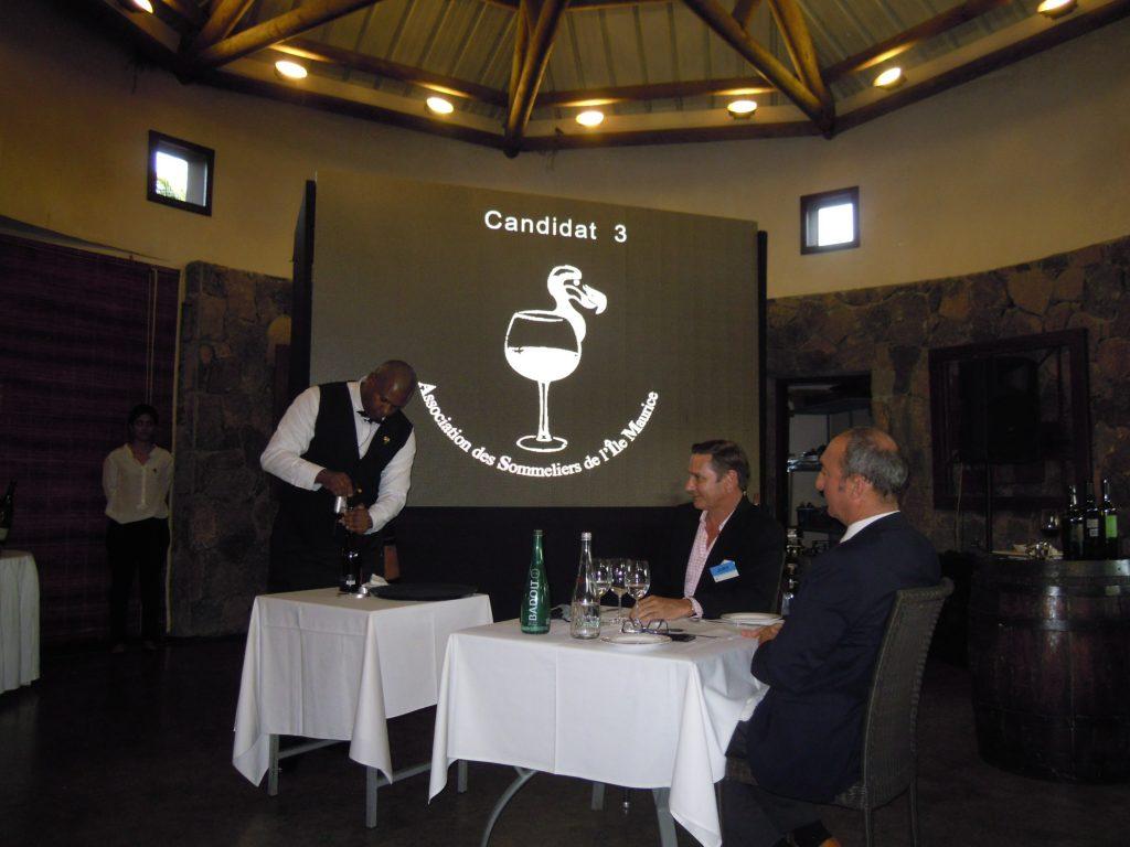 Le service du vin au Coravin, ou comment servir un verre de vin sans déboucher la bouteille et la conserver ©TK