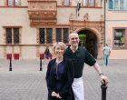 Maryline et Eric Girardin devant la Maison des Têtes ©GP