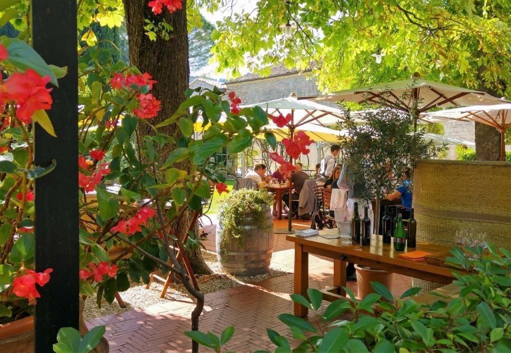 Fleurs et terrasse ©AA