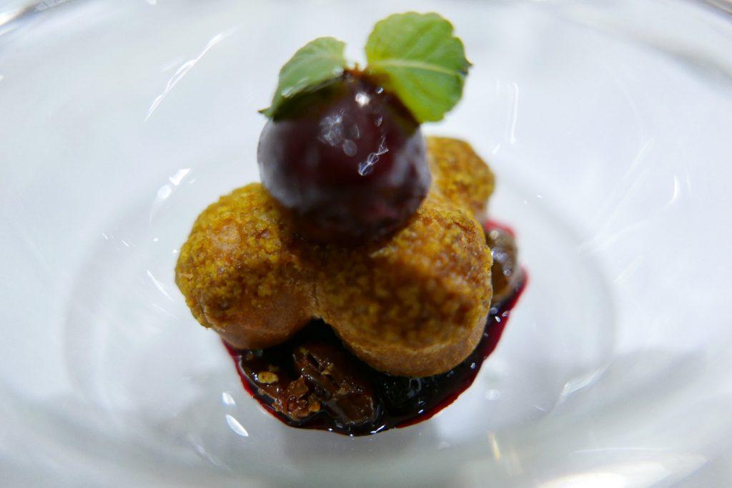 Chou à la pistache et sorbet myrtille © GP