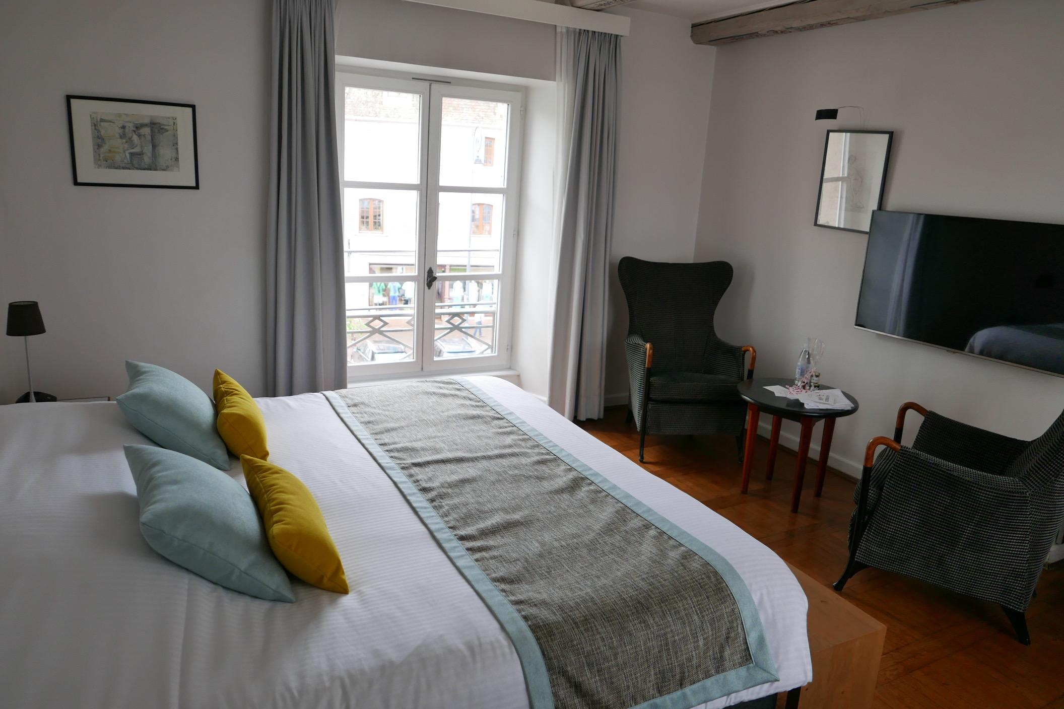 une chambre. Black Bedroom Furniture Sets. Home Design Ideas