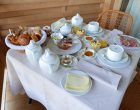 Petit déjeuner au balcon d'une chambre © GP