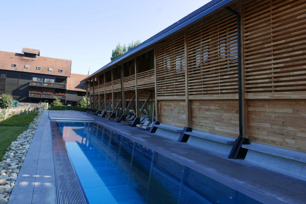 Façade du nouveau bâtiment et piscine © GP