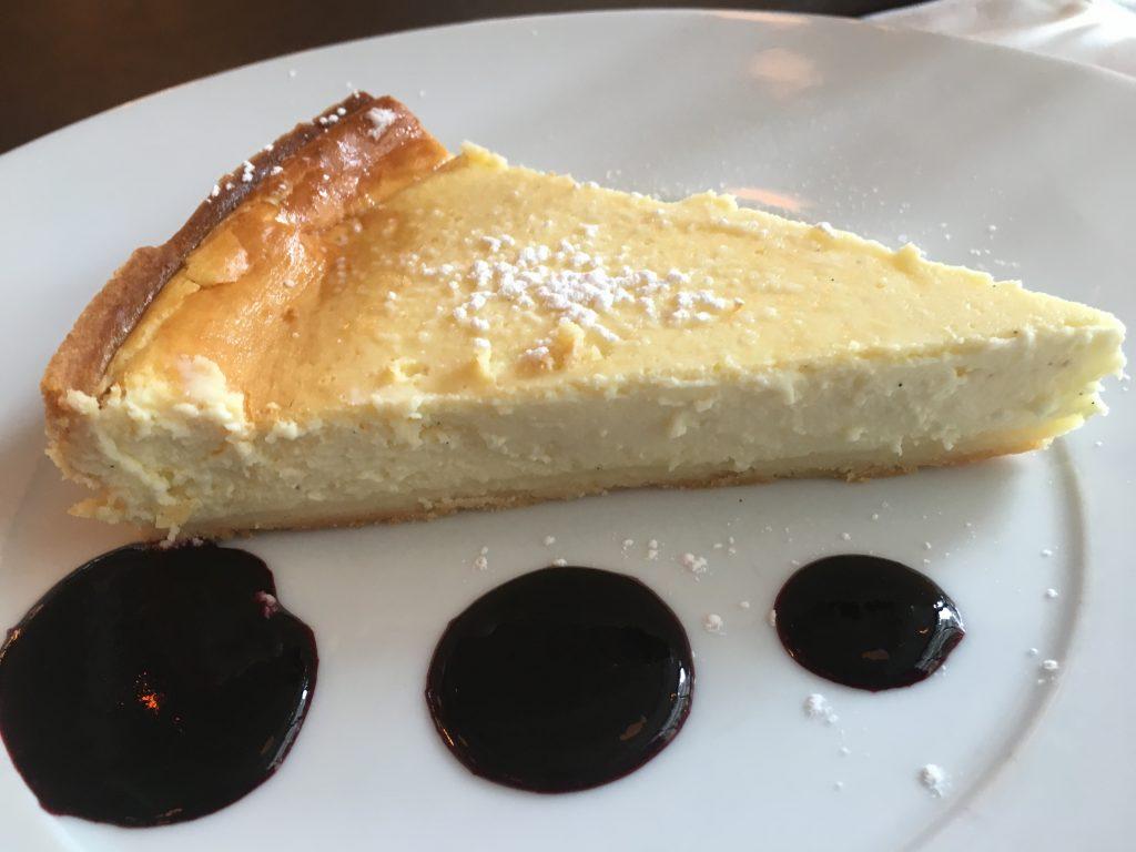 Tarte au fromage et coulis de myrtilles ©GP