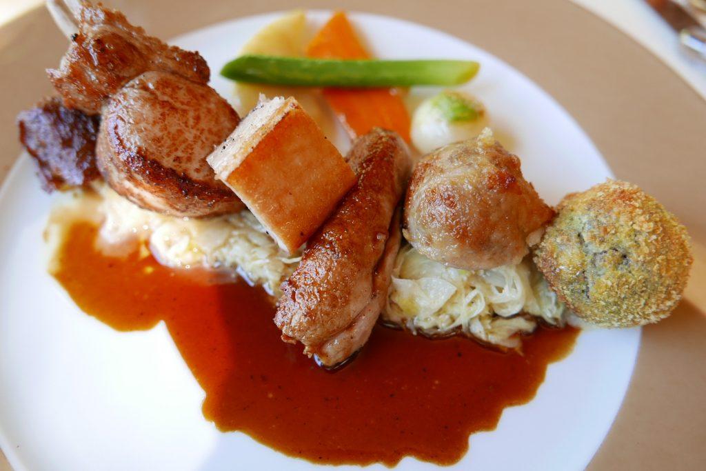 """Assiette """"tout cochon"""" et choucroute aux épices ©GP"""