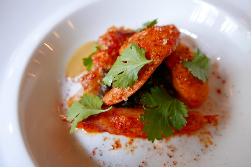 Homard, pois chiches noirs et chorizo, carottes et galanga © GP