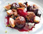 Figue rôtie avec sangria de cassis et panettone caramélisé © GP