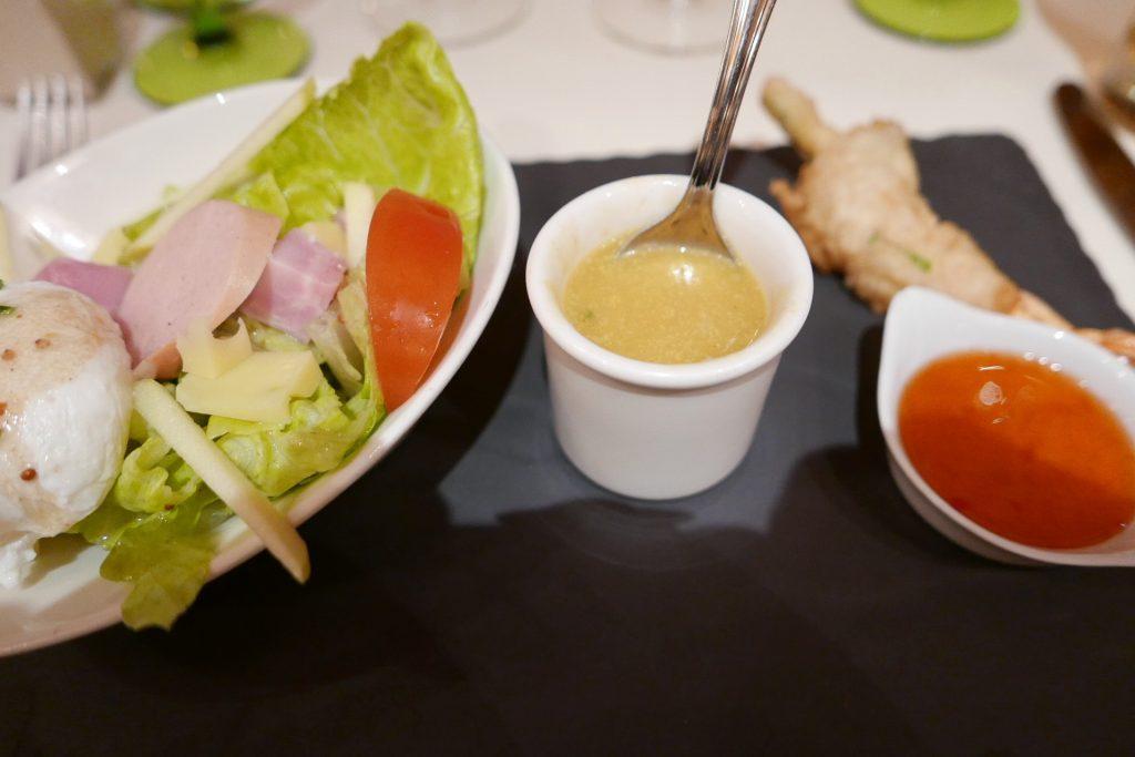 Salade de cervelas et gruyère, œuf poché, soupe de légumes et crustacés © GP