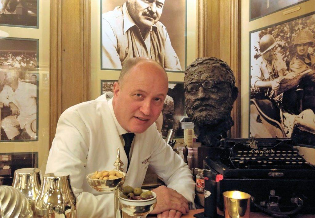 "Colin Field et le buste de ""papa"" © AA"