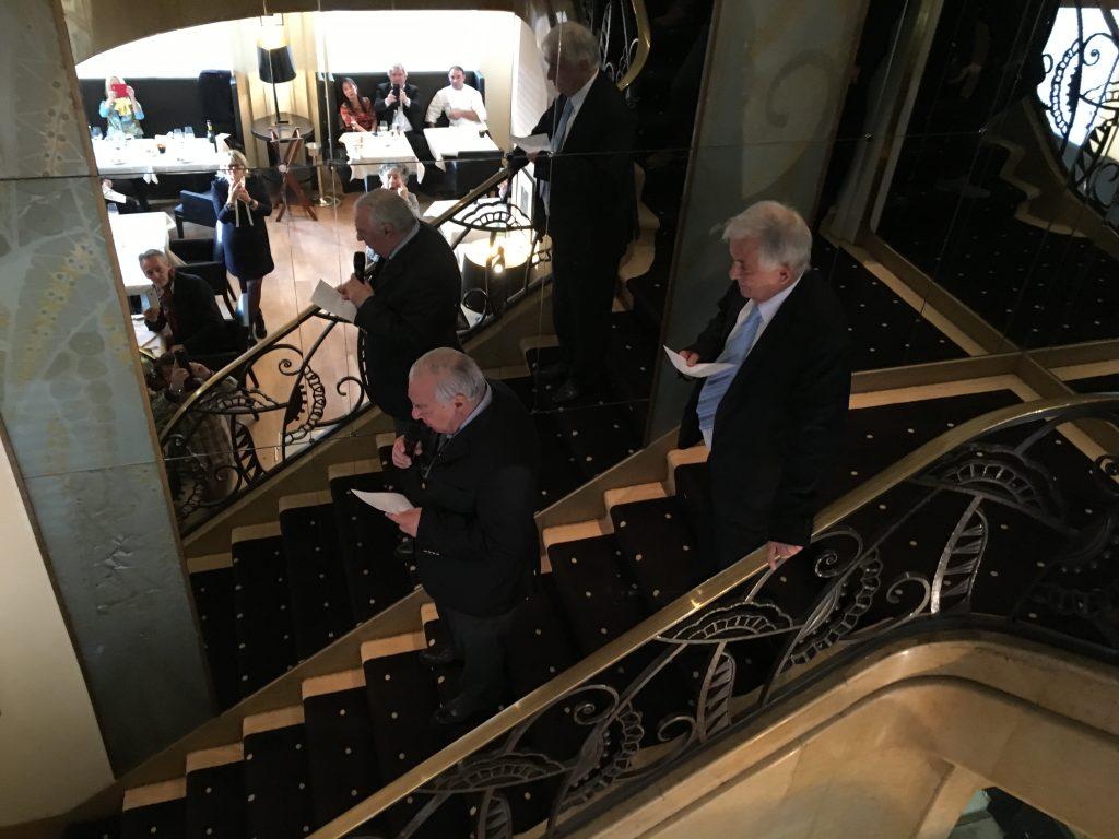Didier Decoin et Christian Giudicelli annoncent les prix dans l'escalier © GP