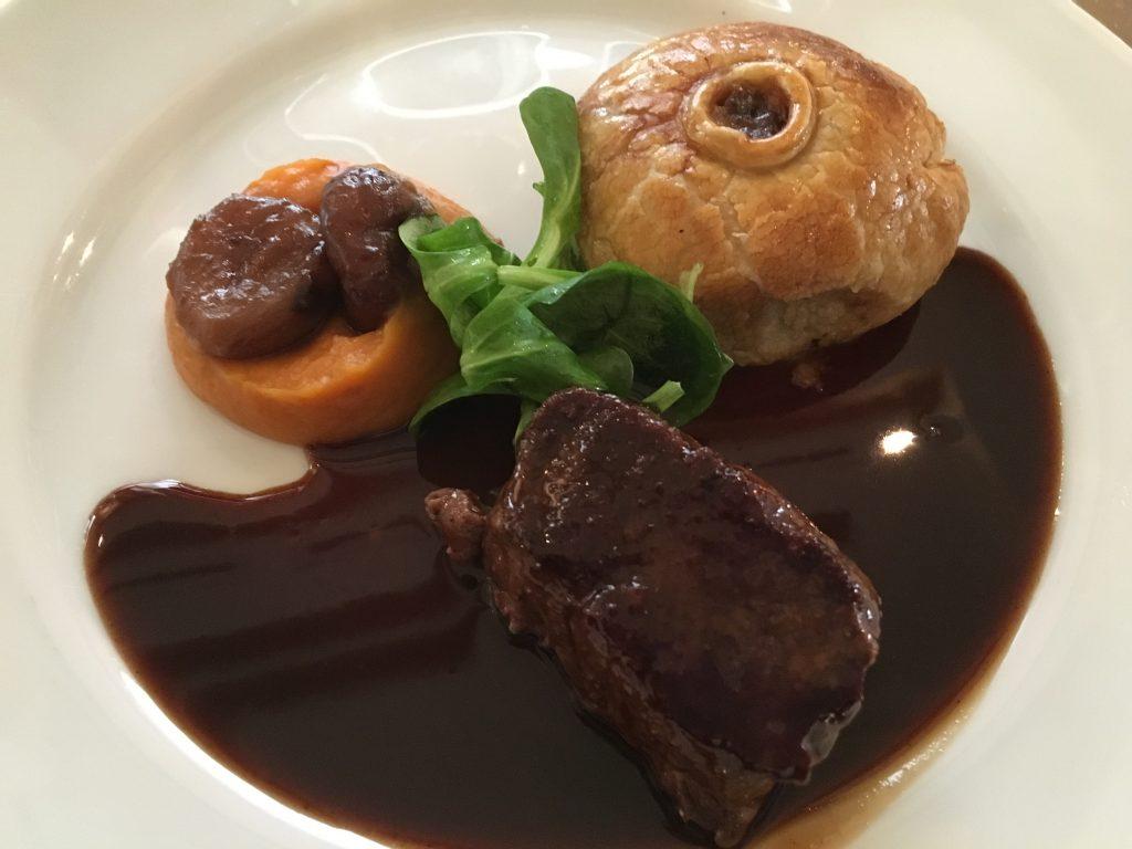 Noisette de chevreuil, tourte de foie gras, jus corsé au pinot noir © GP