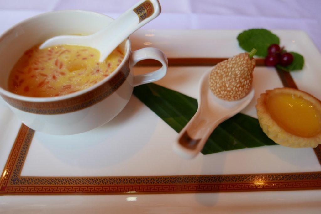 Crème de mangue, boule de riz au sésame, tarte aux oeufs © GP