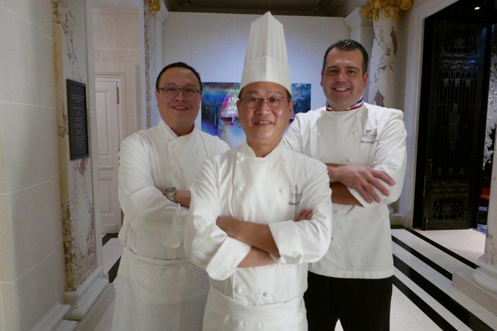 Le chef Ma Peter avec son adjoint et Christophe Raoux © GP