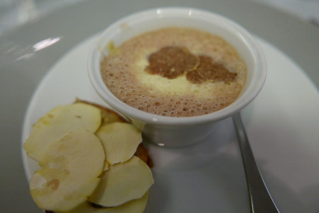 Bouillon mousseux de châtaigne, poule faisane et truffe blanche © GP