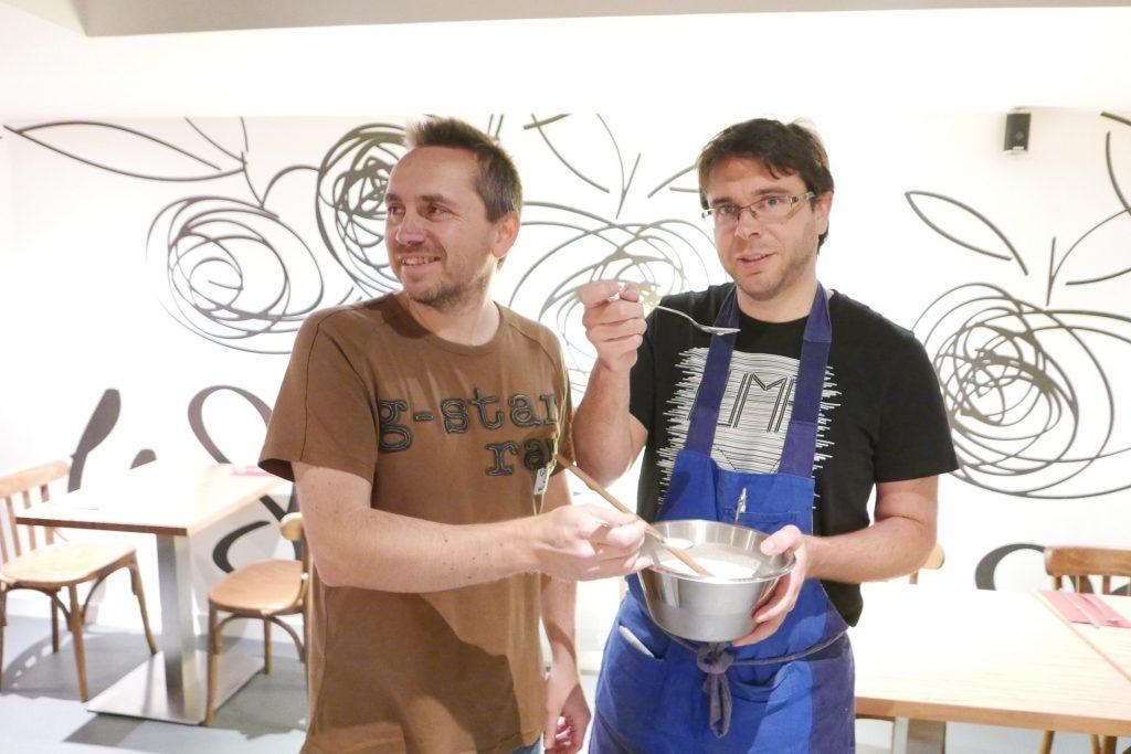 Les frères Gire goûtant la sauce au gwen ©GP