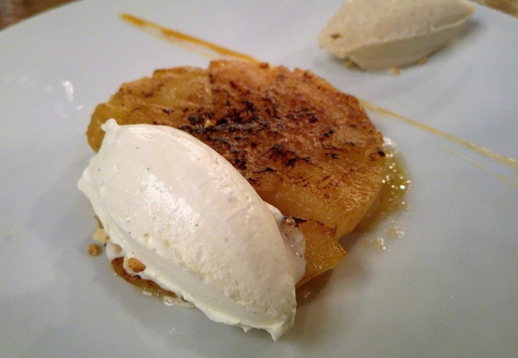 Tarte et pommes, chantilly, glace vanille © AA
