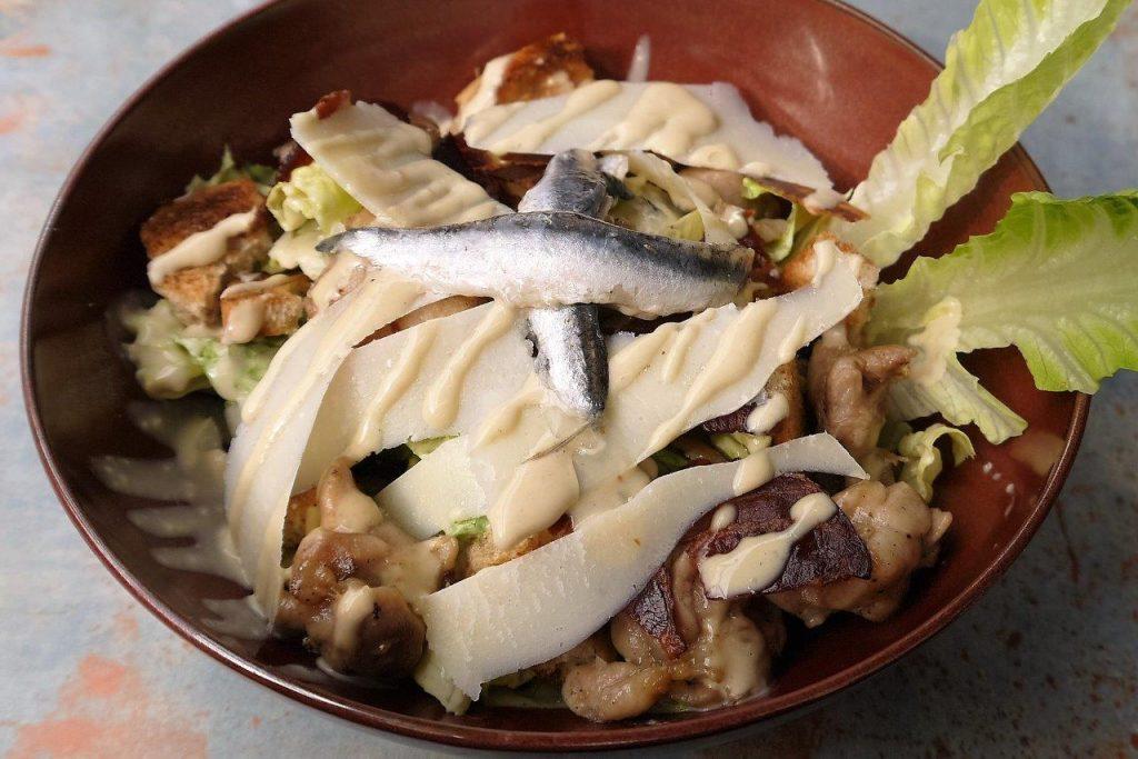 Salade César au poulet © AA