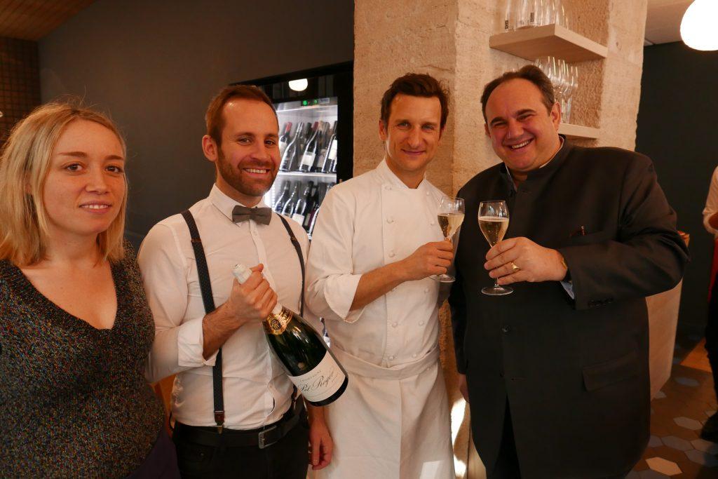 Christophe Saintagne et Hubert de Billy avec Laura Portelli et le maître d'hôtel © GP