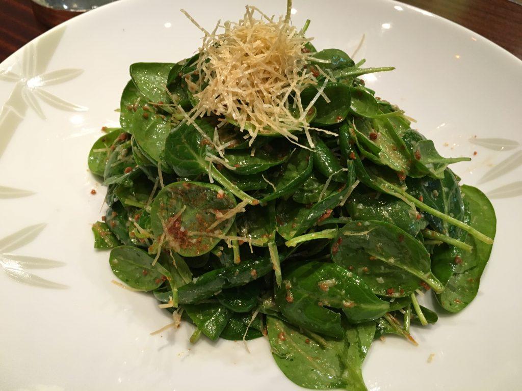 Salade de pousses d'épinard au miso croustillant©GP