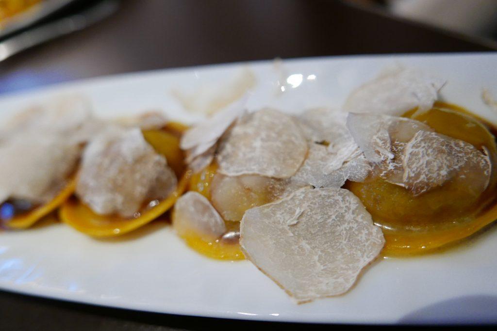 Ravioli, confit de veau, cèpes, truffe blanche © GP