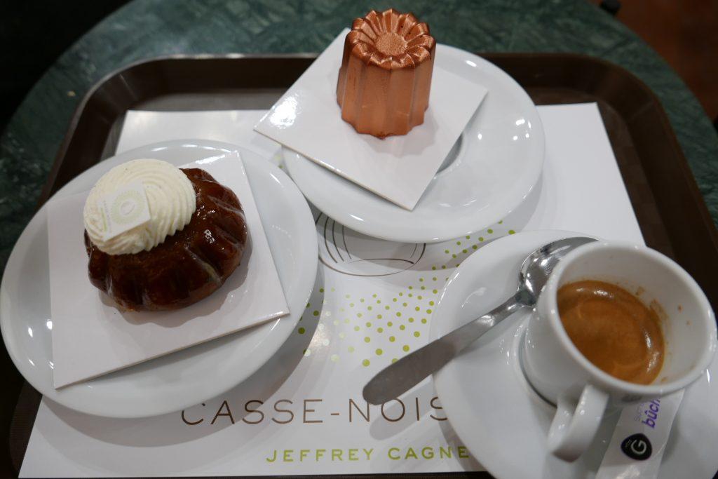 Un goûter (baba, cannelé, café) © GP