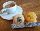 Café et macarons chaise bleue ©AA