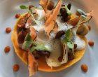 Crème de potimarron, bouillon de volaille et foie gras, girolles et éclats de châtaignes ©GP