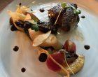 Filet de pigeon rôti, cuisse confite, petit gâteau de blettes, poire et betterave au sautoir ©GP