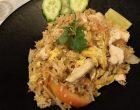Khao pad: riz sauté aux légumes et poulet © GP