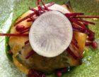 Magiritsa: abats d'agneau, oignons frais frais, salade romaine © GP