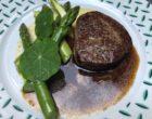 Filet de bœuf de Chalosse, asperges vertes, gremolata, sauce au poivre © GP