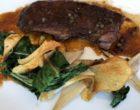 Presa ibérique sauce poivre, artichauts et oignons nouveaux © GP