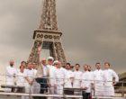 Alain Ducasse et son équipe sous la Tour Eiffel © DR