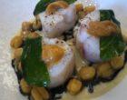 Lotte cuite vapeur, langue d'oursin et pois chiches, sauce tahini à l'encre de seiche © GP