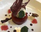 Royal gala au jus d'hibiscus, crème mascarpone à la vanille de Tahiti, glace aux noix de pécan caramélisées, croustillant de cassis © GP