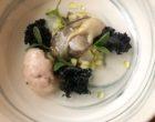 Huitres en gelée, chou kale, sorbet échalotes et poivre noir ©GP