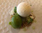 Perle de vanille et chocolat blanc, coeur aux agrumes de Sicile, sorbet à la pomme verte et basilic ©GP